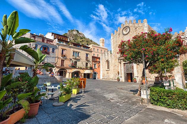 italy-taormina-piazza-del-duomo